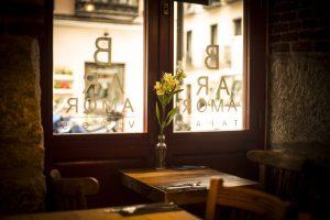 Mesa junto a la ventana del Bar Amor